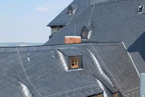 """Der Postflügel des Schlosses: Viele Grate, Kehlen, Gauben und unterschiedliche Dachneigungen machten die Dacharbeiten zur Herausforderung<irspacing style=""""letter-spacing: -0.02em;"""">Foto: Nina Greve </irspacing>"""