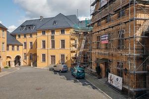 """<irspacing style=""""letter-spacing: -0.02em;"""">Rechts: </irspacing>Der Kirchenflügel des Schlosses (links im Bild) steht gegenüber vom Küchenflügel. Rechts im Bild, mit Gerüst, ist der Alte Flügel zu sehen"""