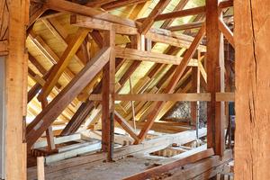 Holztragwerk über dem Kaisersaal: Der Statiker machte exakte Vorgaben, wie das Tragwerk mit Holzdübeln zu ertüchtigen war