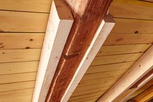 Mit Holzzange verstärkter Sparren im des Dachtragwerks