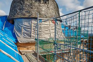 Der Rundturm wurde später eingerüstet und sehr kleinteilig mit Schiefersteinen belegt, um die Deckung an die runde Form anzupassen