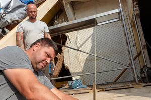 Zimmerer beim Ausmessen für den Einbau neuer Sparren