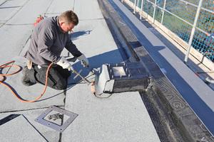 Attikagullys sorgen für die Notentwässerung des Daches. Sie sind auf Überhöhungen aus Dämmstoffplatten eingebaut