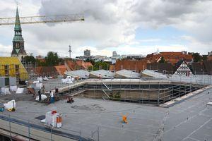 Links: Sanierungsarbeiten auf dem Museumsdach mit vier SheddächernFoto: Historisches Museum Hannover