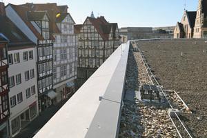 Falllrohre waren bei der Dachsanierung aus Denkmalschutzgründen nicht erlaubt. Daher setzte man auf eine Speierlösung mit gestaffelter Attika