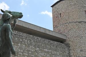 """Das Historische Museum in Hannover mit dem Beginenturm (rechts) und der Skulptur """"Mann mit Pferd"""""""