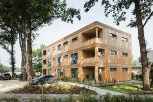 """Den zweiten Platz belegte das Mehrfamilienhaus """"die grüne 88"""" in Ottersberg. Die Außenwände sind in Holztafelbauweise gebaut, die Fassade mit Holzprofilen versehen"""