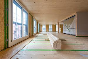 """Die Brettsperrholzdecken erhalten im späteren Bauverlauf noch eine Splittschüttung, die für Schallschutz sorgt<div class=""""bildnachweis"""">Foto: Implenia</div>"""
