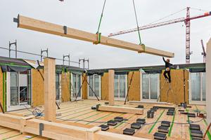"""Die Stützen und Unterzüge bestehen aus Brettschichtholz, die Decken ebenfalls. Die Wände sind teilweise Holzrahmen- und teilweise Brettsperrholzwände<div class=""""bildnachweis"""">Fotos: Implenia</div>"""