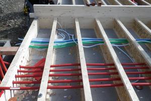Vorbereitung der Bodenplatte mit Versorgungs- und Installationsleitungen, bevor eingeblasen wird