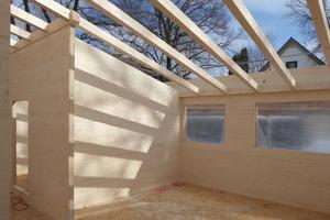 Aufrichten: Die Öffnungen in den Brettsperrholzflächen sind schon vorbereitet