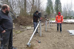 Mitte: Mit der Einschraubhilfe werden die Fundamente langsam eingeschraubt