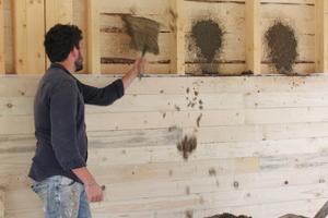 Einfüllen der Lehm-Blähton-Mischung in die Wandzwischenräume<br />