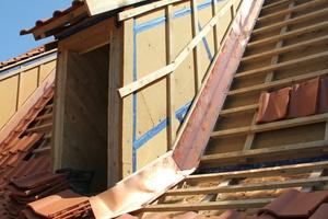 Rechts: Die Anschlüsse an die Gauben mit Kupferblech führte eine Dachdeckermeisterin aus