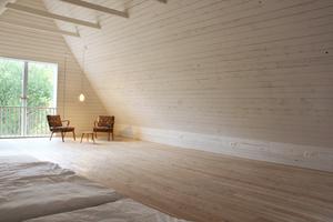 Im Obergeschoss, unter dem Dach, gibt es einfache Übernachtungsmöglichkeiten für Gäste