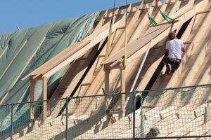 Die vor Ort gebauten Gauben werden mit dem Kran auf das Dach gehoben und montiertFotos: Studio Gründer Kirfel