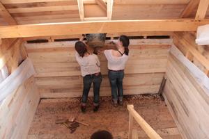 Einfüllen der Lehm-Liapor-Mischung in die Wandzwischenräume<br />
