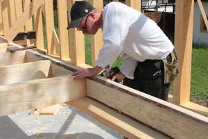 Die Wände in Holzständerbauweise bauten die Zimmerer und Helfer vor Ort zusammen<br /> Fotos: Studio Gründer Kirfel<br />