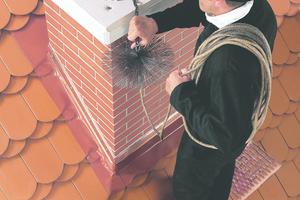 Rechts: Mit den Laufrosten lassen sich sichere Arbeitsplätze für Wartung und Instandhaltung erstellen, abgestimmt auf die Farbe der Dachdeckung