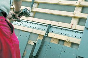 """Auf Dächern mit einer Neigung von 20°-75° müssen Sicherheitsdachhaken eingebaut werden<span class=""""bildnachweis"""">Fotos: Klöber</span>"""