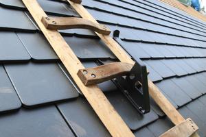 Ein Dachhaken vom Typ B lässt sich nicht nur zum Aufhängen von Dachleitern, sondern auch als Anschlagpunkt für eine persönliche Schutzausrüstung gegen Absturz nutzen