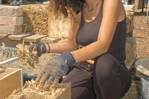 Rechts: Mit der Lehm-Reet-Mischung erstellt Studentin Kübra Sabanci Leichtlehmziegel, die für die Dämmung der Gefache unter dem Dach eingesetzt werden