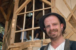 Pit Zimmerer, Wandergeselle aus Nürnberg, leitet den Wiederaufbau des Pavillons für Wandergesellen in Lübeck