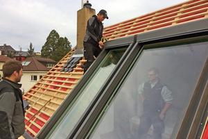 Daniel Lüdeke (Mitte) von Lideko weist Andreas Schäfer (links) und Gerd Morlock (rechts) in die Montage des Balkonausstiegs- und Dachschiebefensters ein