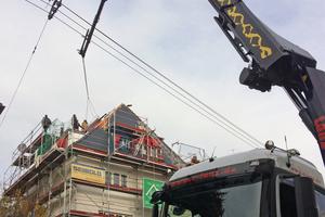 Knifflige Aufgabe: Per Kran wurde das Balkonausstiegsfenster über die Oberleitungen zum Dach transportiert