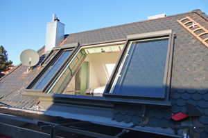 Die Dachgeschosswohnung gewinnt mit dem 2560 mm hohen Fenster viel Licht und Offenheit