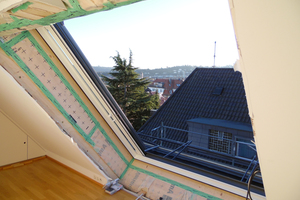 Rechts: Für die Installation des Fensters konnten die Handwerker die Aussparung nutzen, die sich durch die vorher eingebaute Fensterkombination ergeben hatte