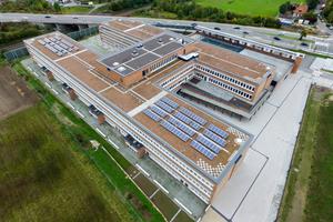 """Die großen Flachdächer eigneten sich optimal für die Installation der Solaranlagen<div class=""""bildnachweis"""">Fotos: Bauder</div>"""