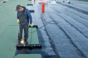 Die übrigen Dachflächen des Schulgebäudes erhielten ein Umkehrdach, mit Bitumenbahnen als unterste Lage unter einer Dämmschicht