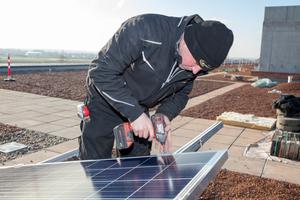Die Photovoltaikmodule werden auf der Unterkonstruktion verschraubt
