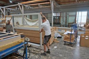 Im Werk bauten die Holzbauer die Fenster in die Wände ein