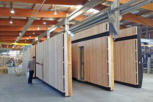 """Die vorgefertigten Wände: Hinter der Holzschalung liegt die Brettsperrholzwand. Gut zu erkennen ist die Mineralwolldämmung, die vor der Innenwand verlegt ist<span class=""""bildnachweis"""">Fotos: Sps Architekten</span>"""