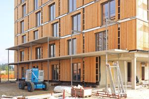 """Die Balkone bestehen aus Stahlbetonfertigteilen, die von Stahlstützen getragen werden. Sie sollen im Brandfall den Brandüberschlag an der Fassade verhindern<span class=""""bildnachweis"""">Foto: Kaufmann Bausysteme</span>"""