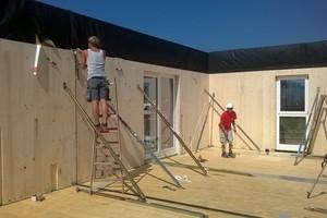 Aufrichten und Verbinden der Wände auf der BaustelleFoto: Kaufmann Bausysteme<br />