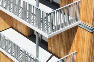 Die verzinkten Stahlbleche und die Balkone in Stahl-Beton-Bauweise sollen im Brandfall einen Brandüberschlag über die Geschosse verhindern