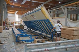 Die fertigen Wände werden am Montagetisch aufgerichtet und für den Transport bereit gemacht<br />