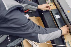 Die Steuerung für das elektrisch bedienbare Lichtbandmodul und für die Rollos wird im nächsten Schritt montiert