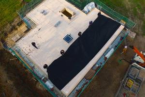 Anhand des mitgelieferten Verlegeplanes wurden die EPDM-Planen auf dem Dach positioniert und dort ausgerolltFoto: Carlisle