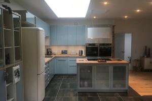 """Oberlichter im Innnern der Wohnung sorgen für viel Licht, hier in der Küche und im angrenzenden Wohnzimmer<span class=""""bildnachweis"""">Fotos: Carlisle</span>"""
