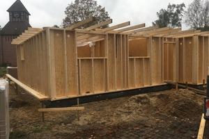 """Der einstöckige Holzbau besteht aus einer Holzrahmenkonstruktion, die später bauseits gedämmt wurde<span class=""""bildnachweis"""">Fotos (2): Carlisle</span>"""