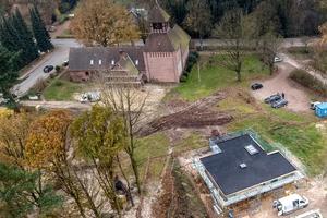 """Der Bungalow steht in unmittelbarer Nähe des Waldes, das Dach wurde mit EPDM-Planen abgedichet und Oberlichter eingebaut<span class=""""bildnachweis"""">Foto: Velux</span>"""