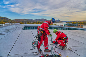 Während des Fachkongresses konnte das Dach des Kameha Grand Hotel besichtigt werden. Hier wurde gezeigt, wie das Seilsicherungssystem auf dem Dach funktioniert