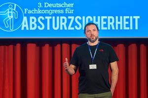 Industriekletterer Lion Becker aus Berlin schilderte auf dem Fachkongress, wie er einen Unfall bei der Arbeit am Rotor einer Windkraftanlage erlebte⇥Fotos: ManicoTV