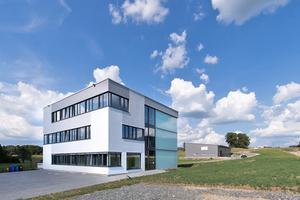 """Das würfelförmige Bürogebäude in Dietmannsried hat eine Fassade aus Holztafelelementen, die von außen mit """"Powerpanel HD""""-Putzträgerplatten beplankt sind<div class=""""bildnachweis"""">Fotos: Fermacell</div>"""