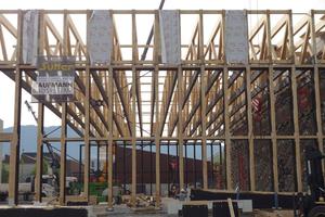 Die Fachwerkträger sind außen auf 11 m hohe Brettschichtholzstützen aufgesetzt Foto: Messe Dornbirn<br />