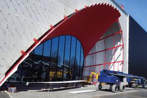 Rote Verkleidung des ellipsenförmigen Eingangsbereichs, <br />